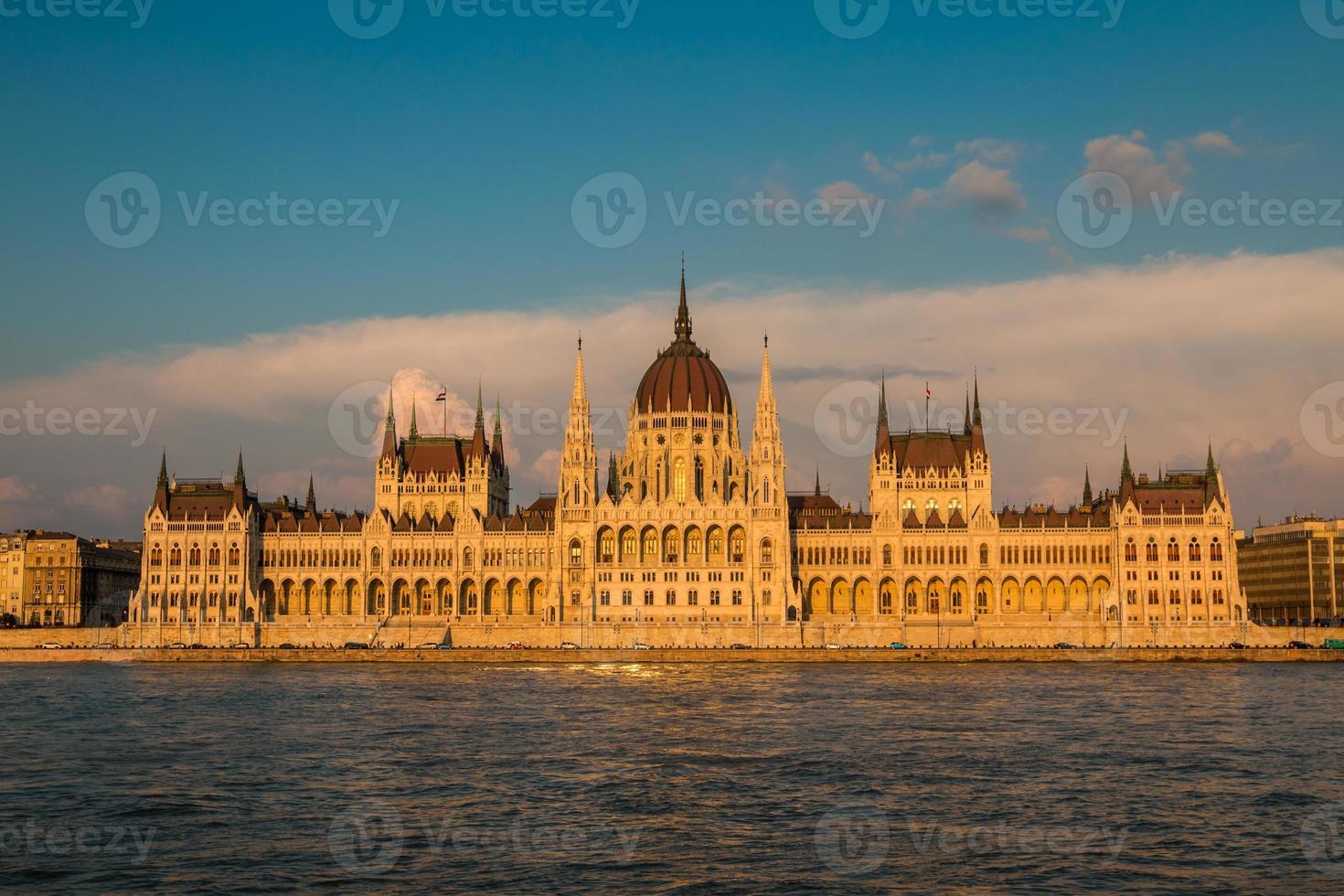 Vista del edificio del parlamento en Budapest Hungría foto