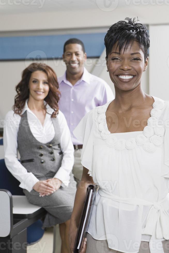 empresarios multiétnicos en la oficina foto