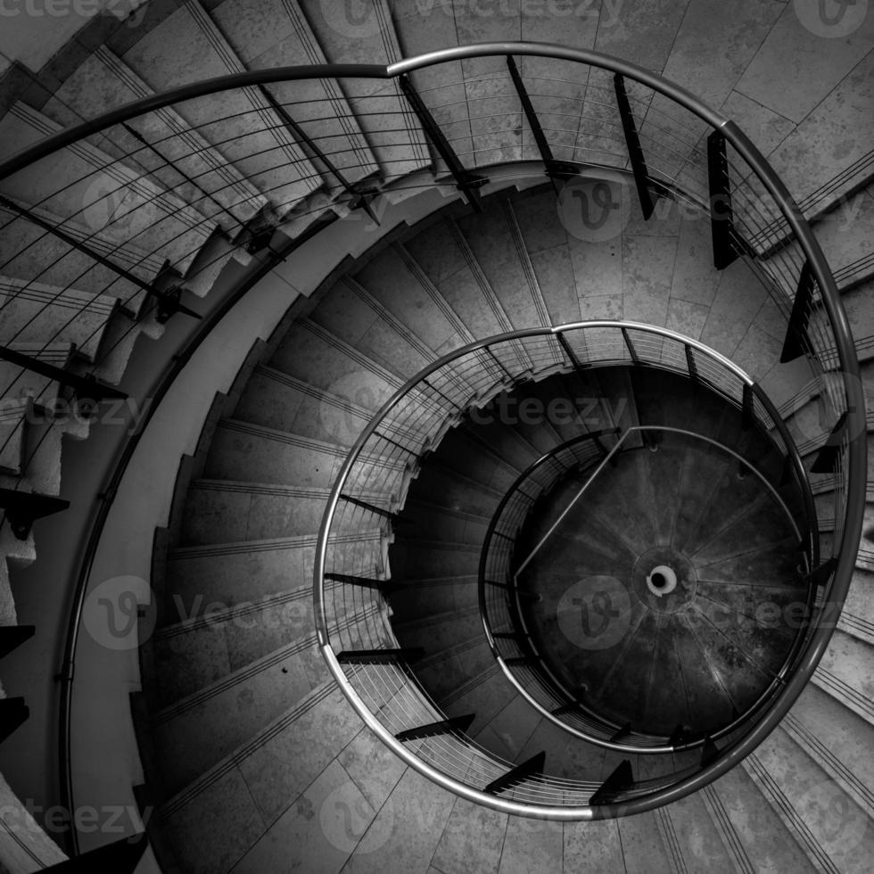 vista al alza de una escalera de caracol foto