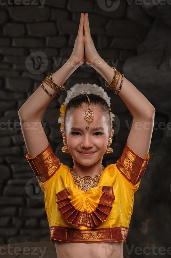 niña bonita en traje tradicional foto