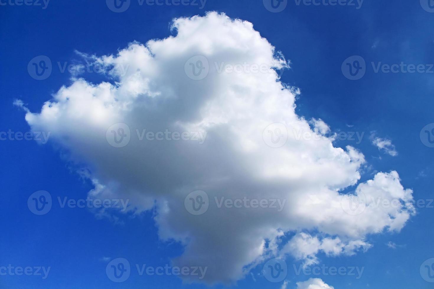 nube contra el cielo azul foto