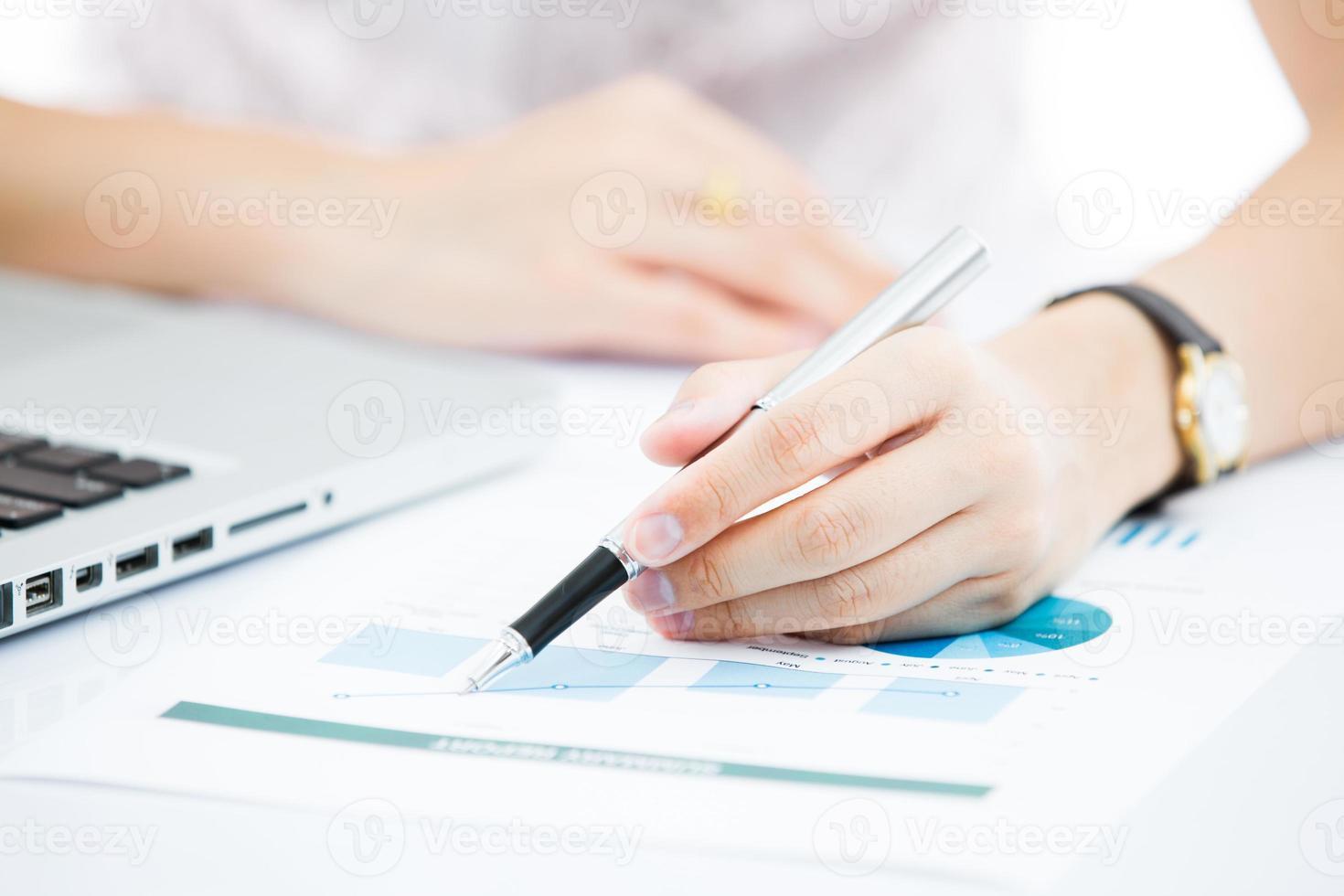 manos de mujer de negocios con teclado de computadora portátil. cuenta foto