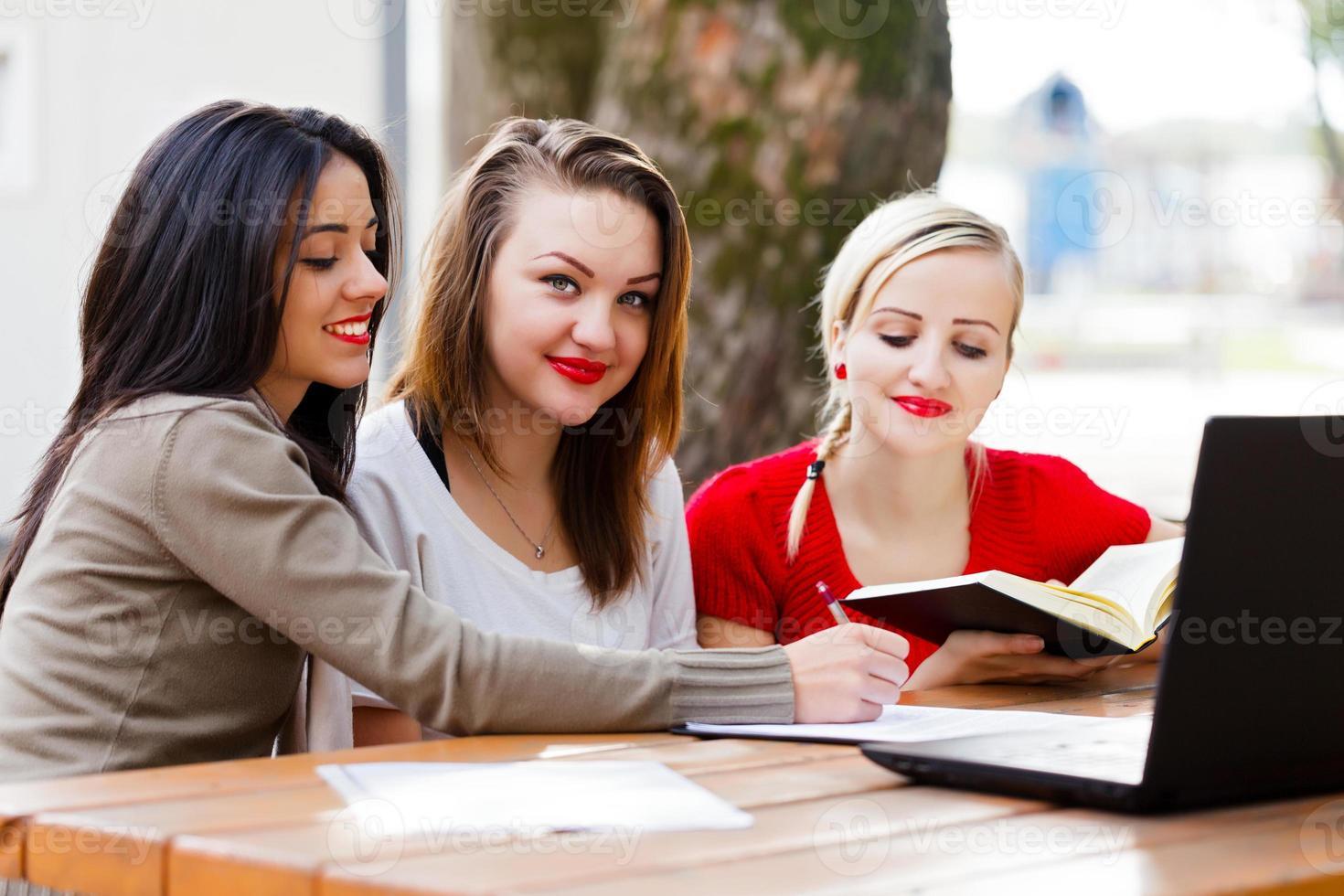 mejores amigos estudiando foto