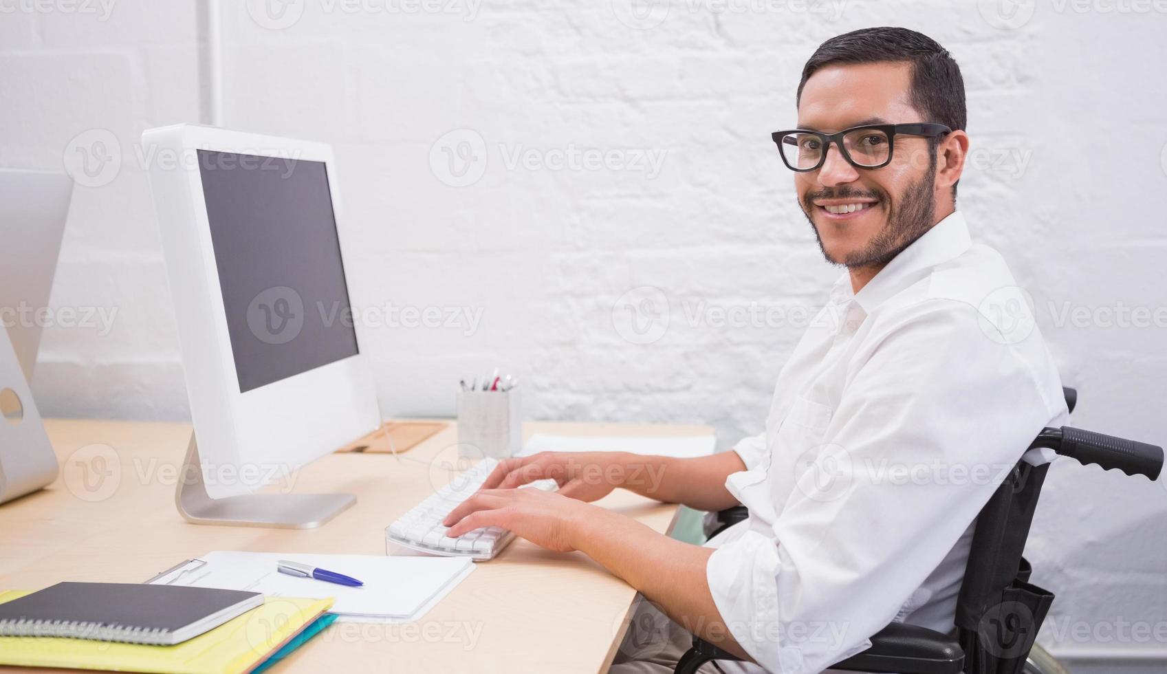 hombre de negocios usando la computadora en el escritorio de oficina foto
