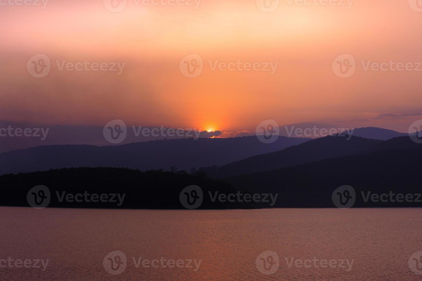puesta de sol junto al lago desierto foto