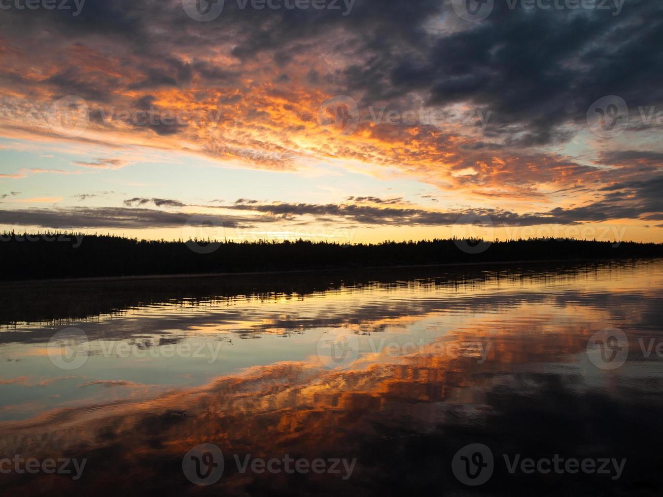 colorido amanecer sobre el río foto