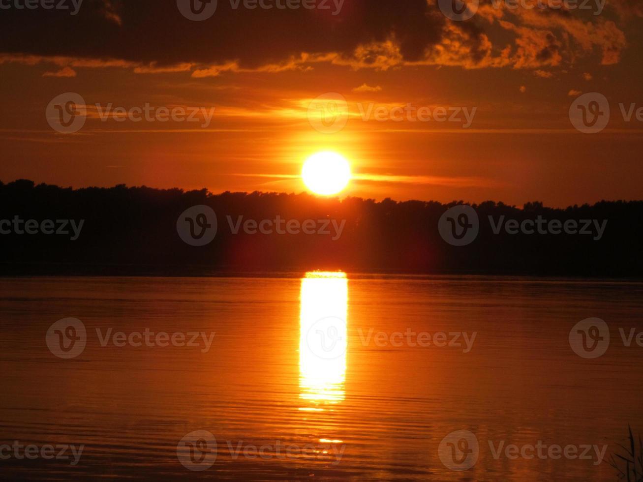 puesta de sol sobre el agua, el cielo se está quemando y el mar Báltico foto