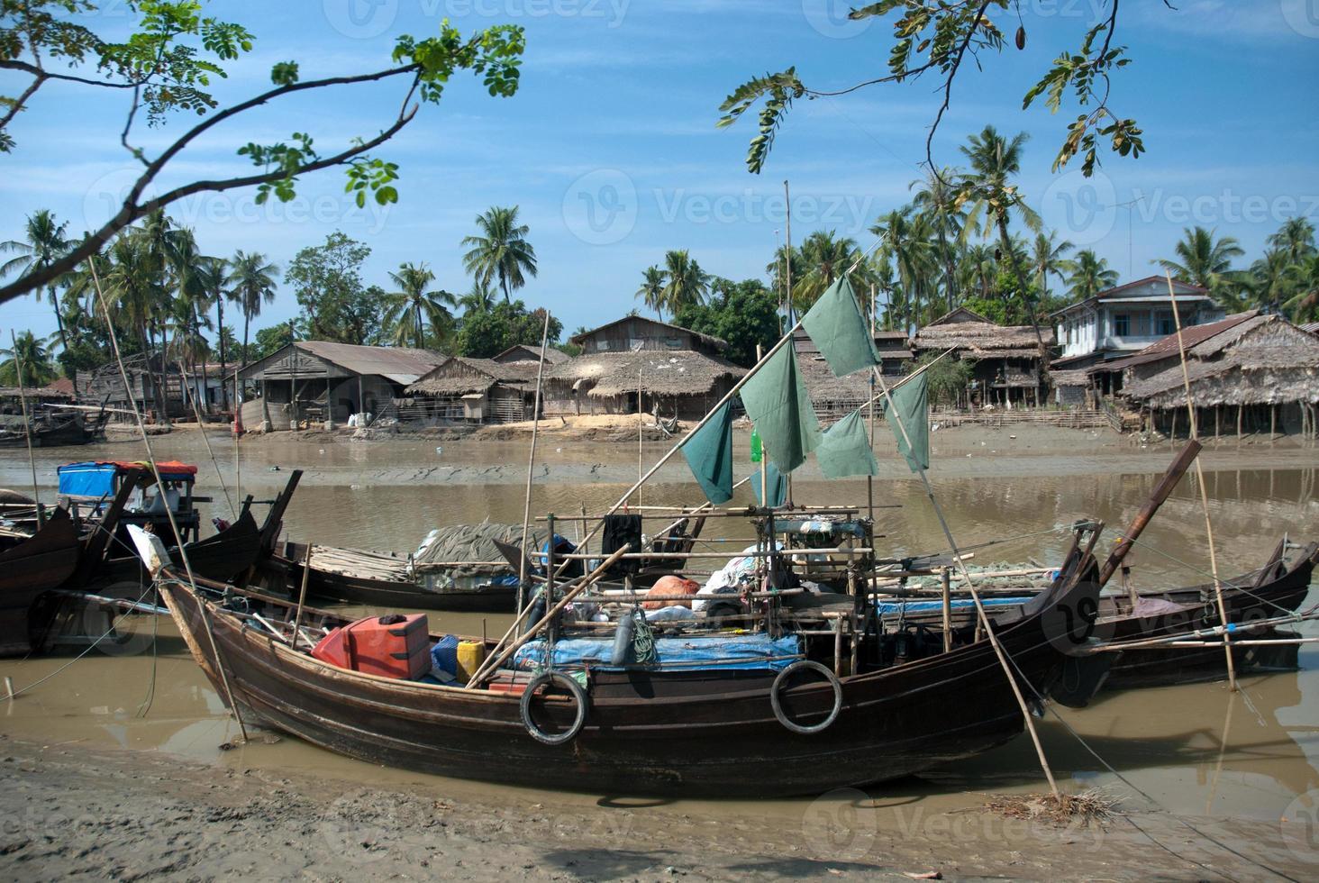 Barco de pesca tradicional de myanmar en la ciudad de kyaikto, foto