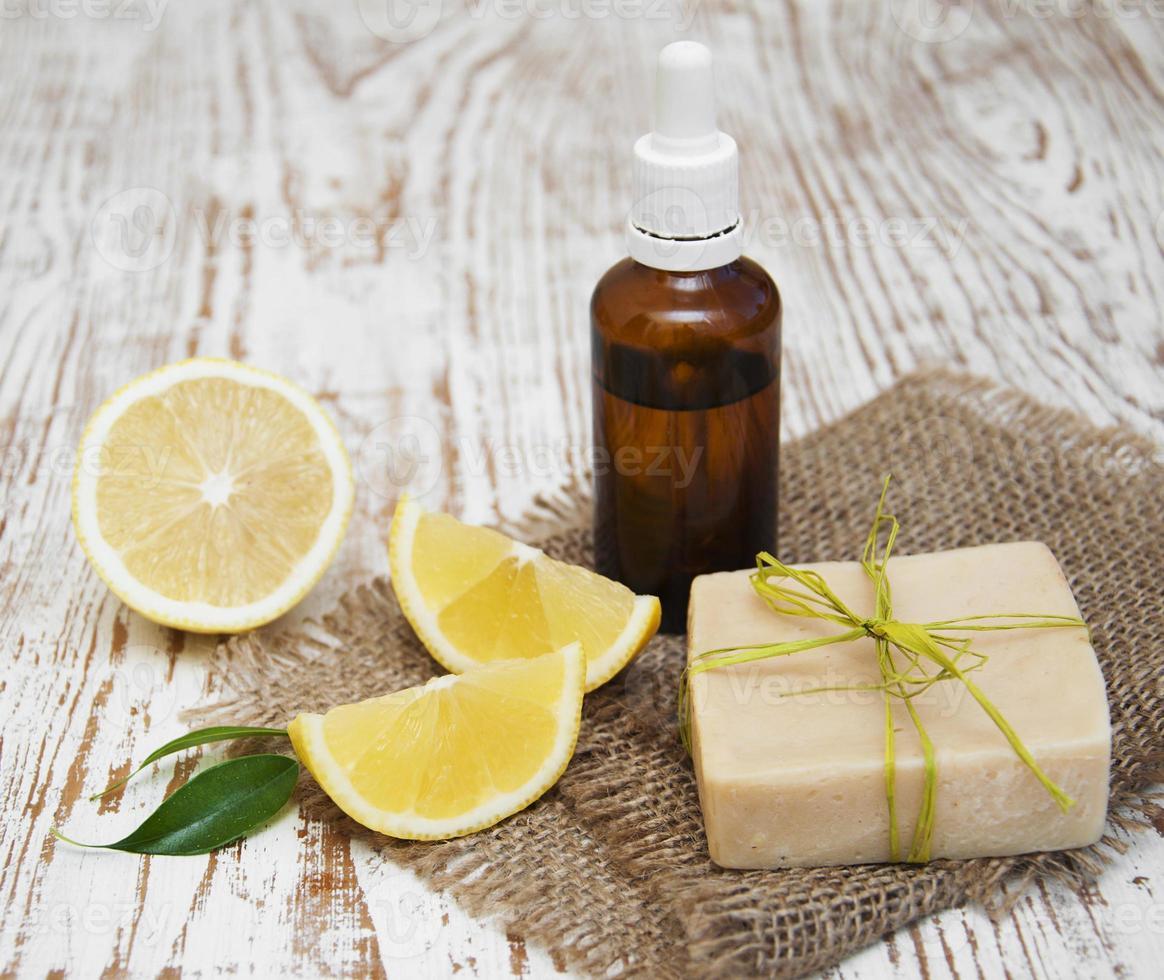 jabón de limón hecho a mano y aceite esencial foto