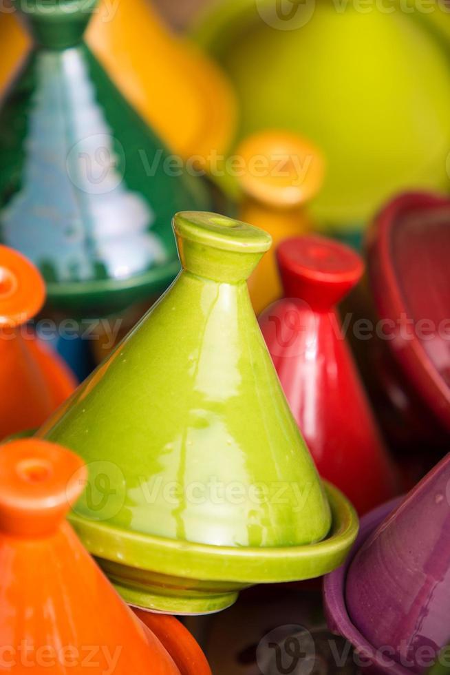 pequeños tajines de colores en el zoco, tiznit foto