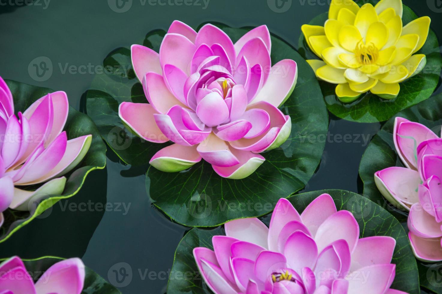 pequeñas flores de loto artificiales foto