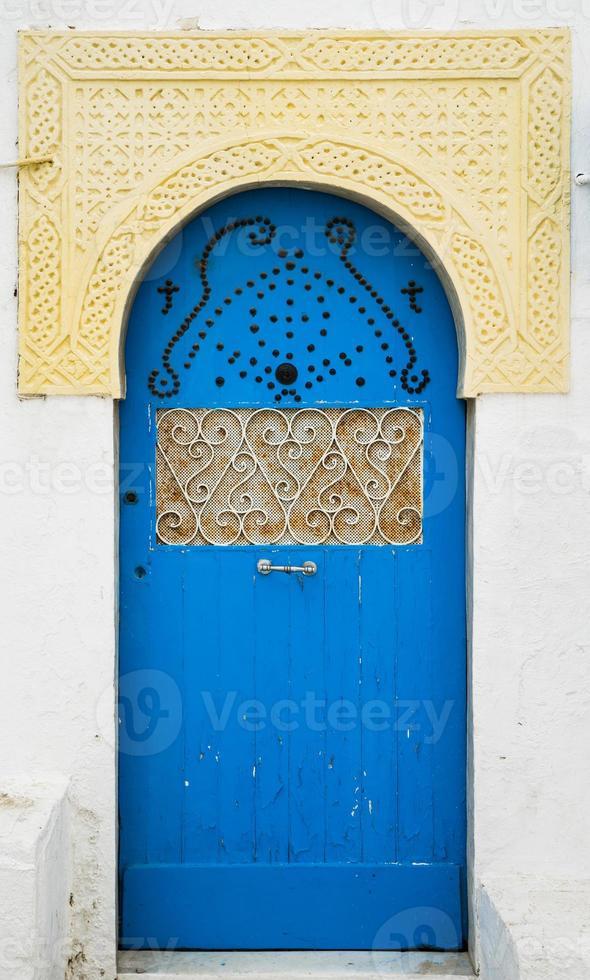puerta azul con adornos y arco de sidi bou dijo foto