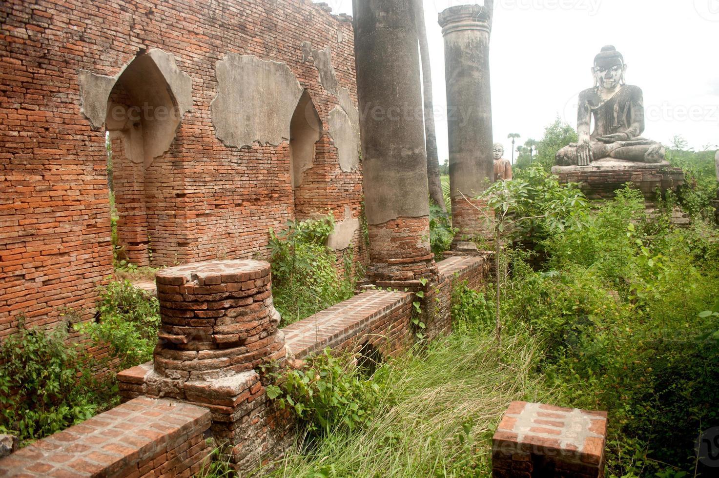 Yadana hsemee pagoda complex en myanmar. foto