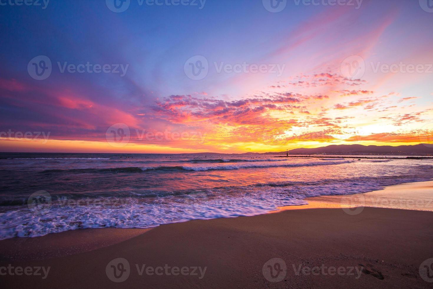 puesta de sol tropical arena playa mar tejidos palma paraguas mallorca mallorca foto