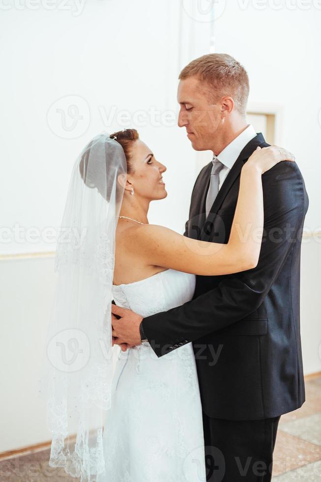 hermosa pareja caucásica recién casada y bailando su primer baile foto