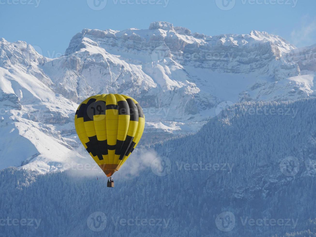 globo negro y amarillo con la montaña nevada foto