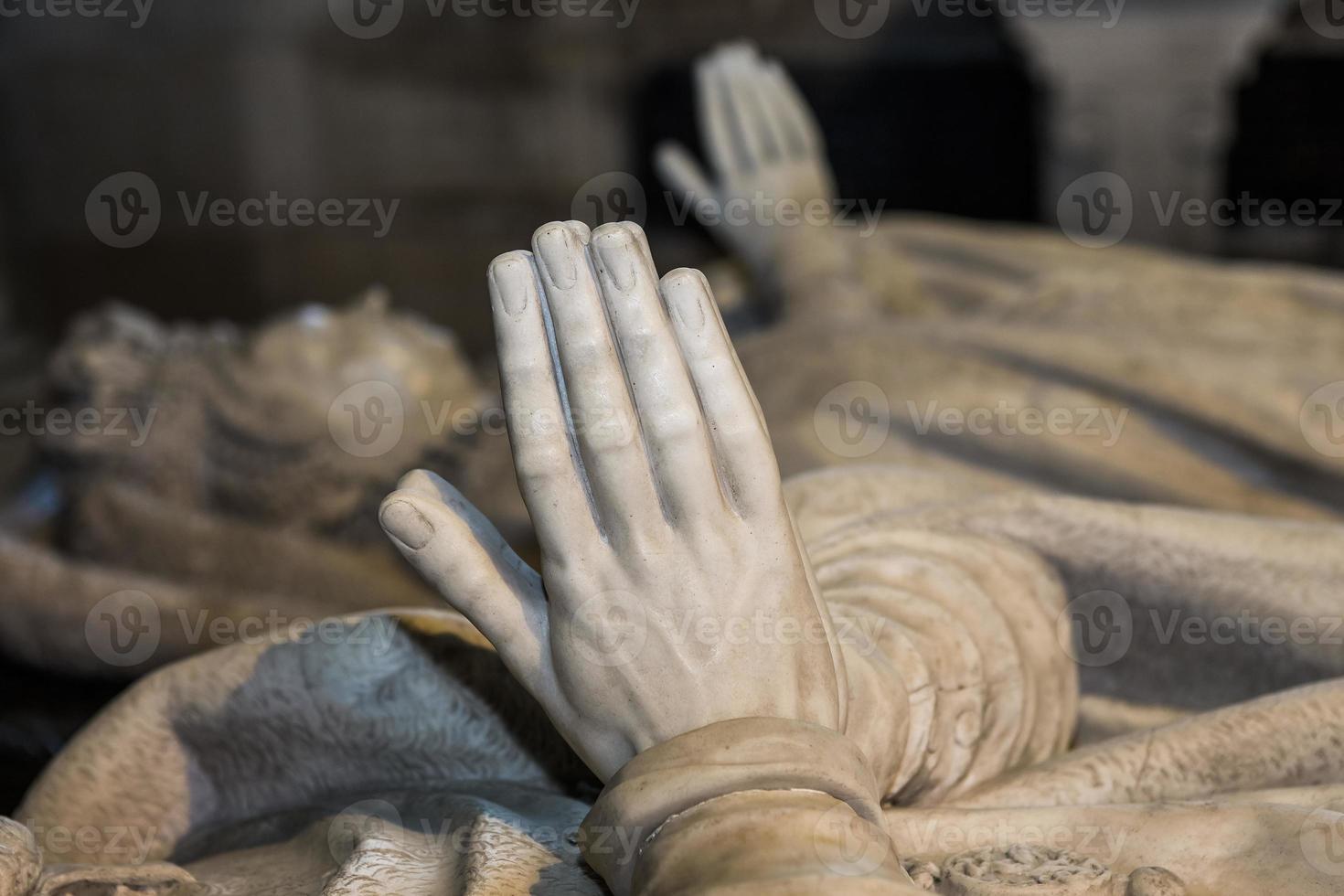 Estatua del rey Enrique II en la basílica de Saint-Denis, Francia foto