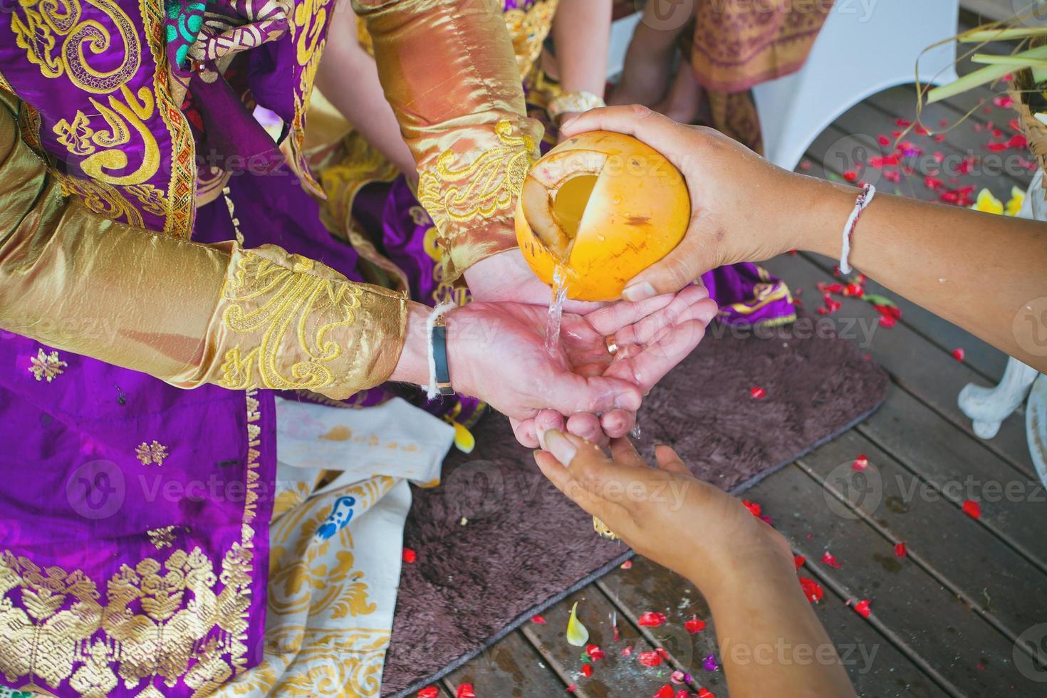 ceremonia de boda balinesa foto