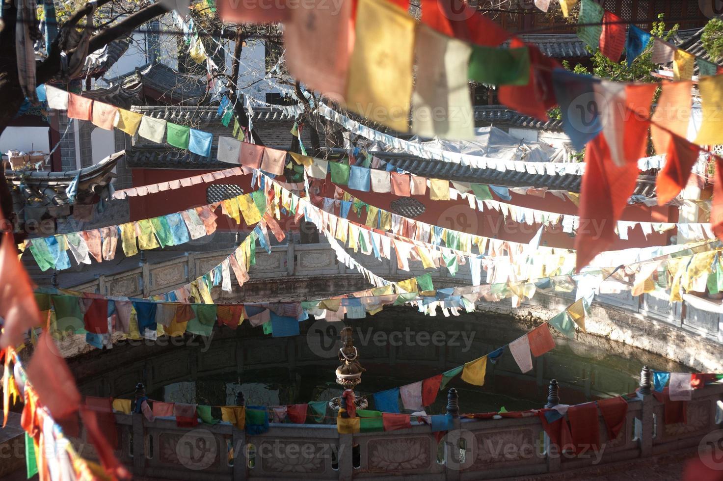 Banderas de oración budista tibetana en el templo chino. foto