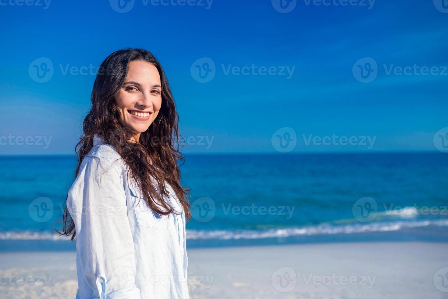mulher feliz na praia foto