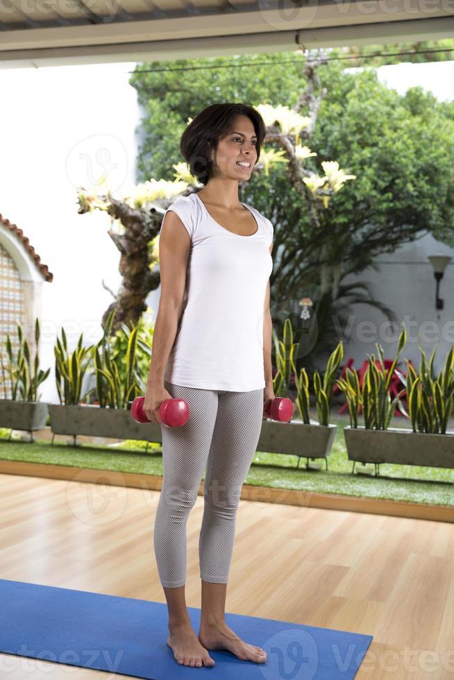 mujer atractiva haciendo ejercicio con pesas foto