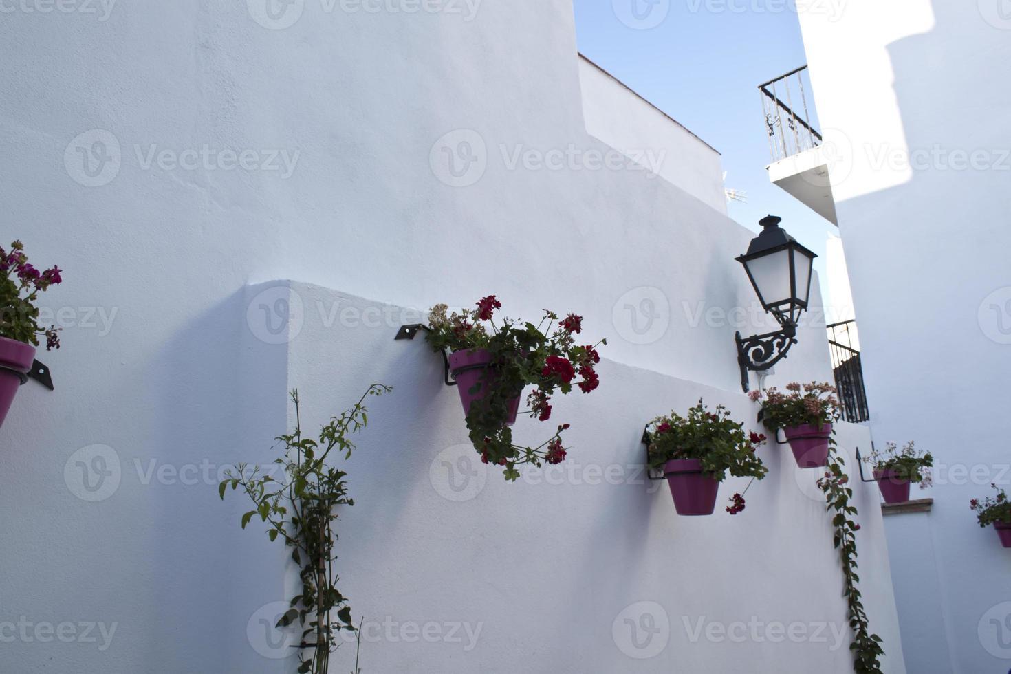 rua na típica aldeia andaluza branca foto