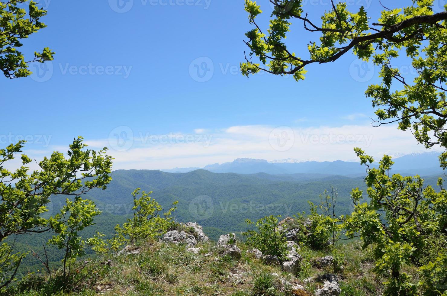 adygea, paisaje de montaña en la primavera. cresta caucásica foto