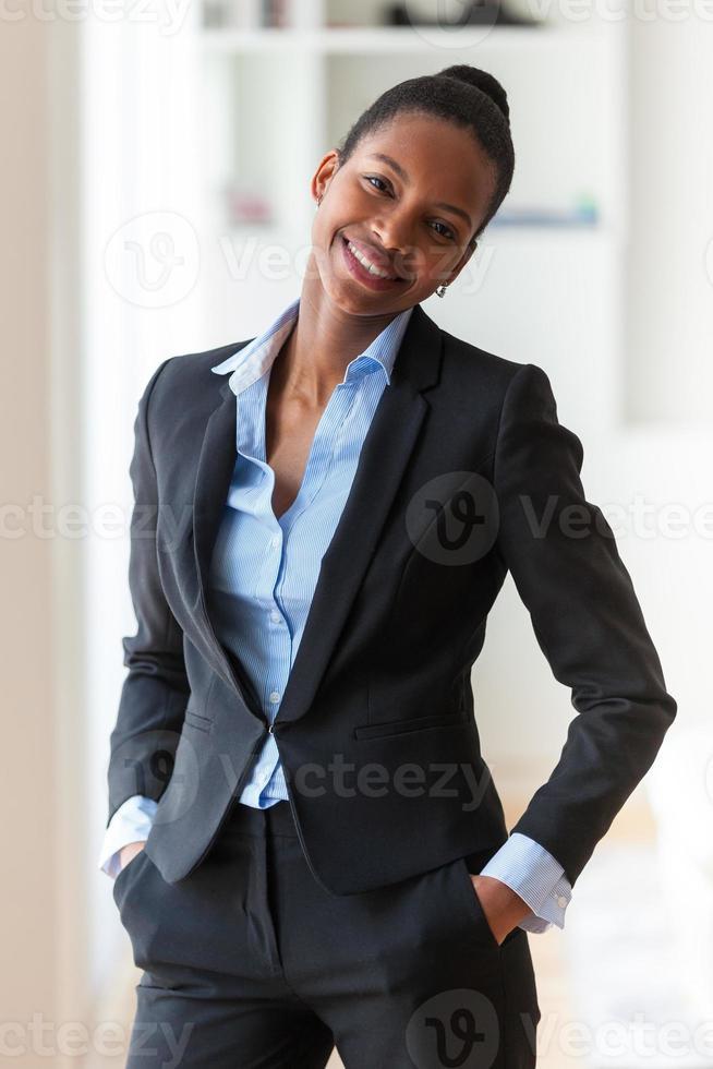 Retrato de una joven mujer de negocios afroamericana foto