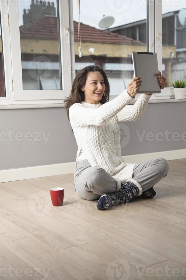 mujer joven con tableta de pantalla táctil foto