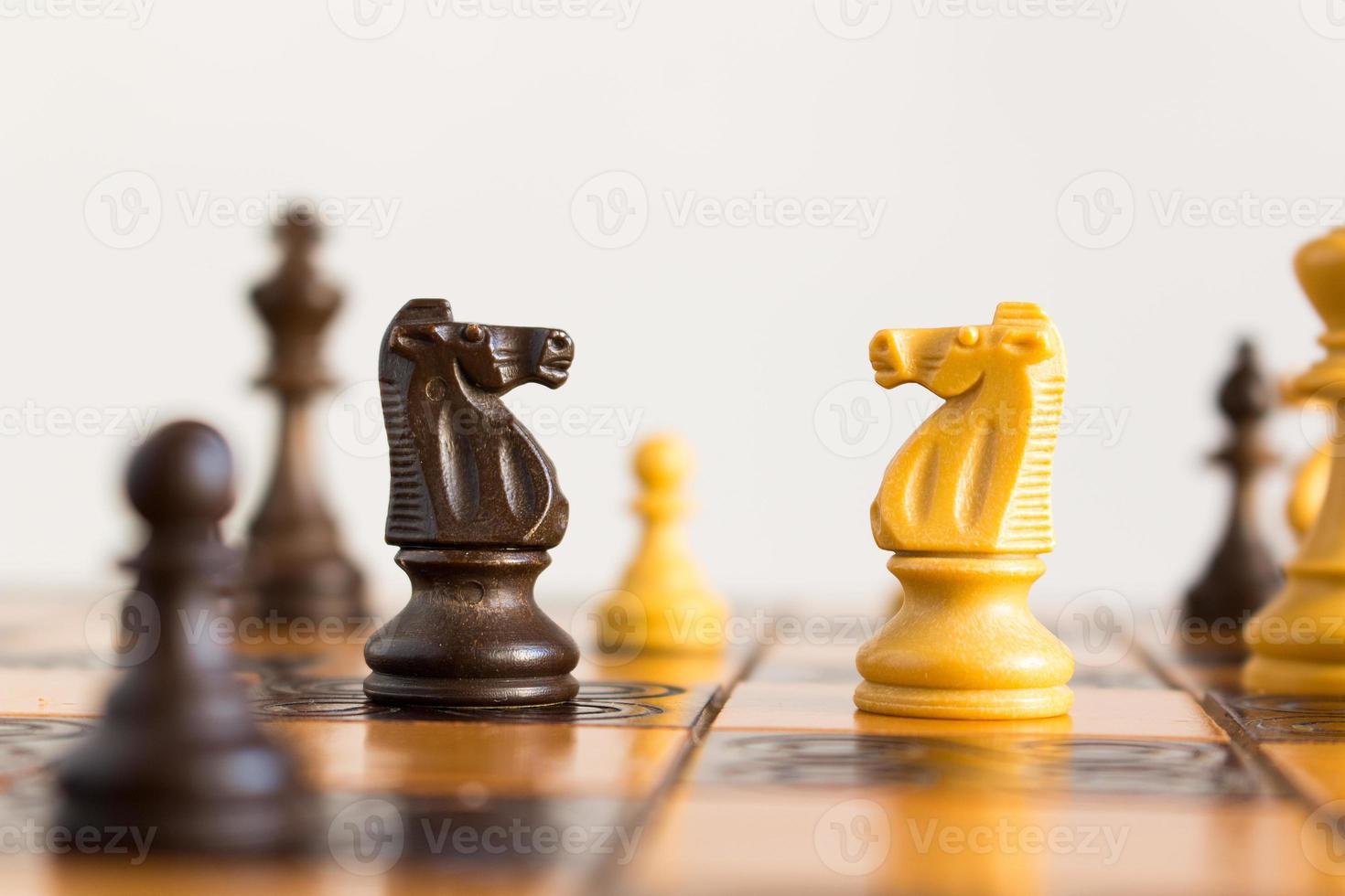 scacchi fotografati su scacchiera foto