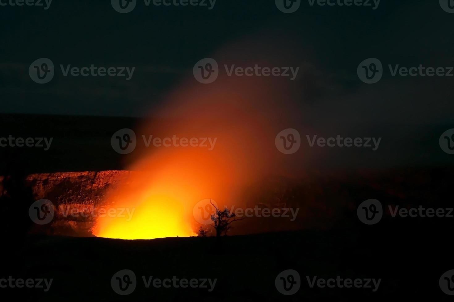 Cráter humeante del volcán Halemaumau Kilauea en los volcanes de Hawaii foto