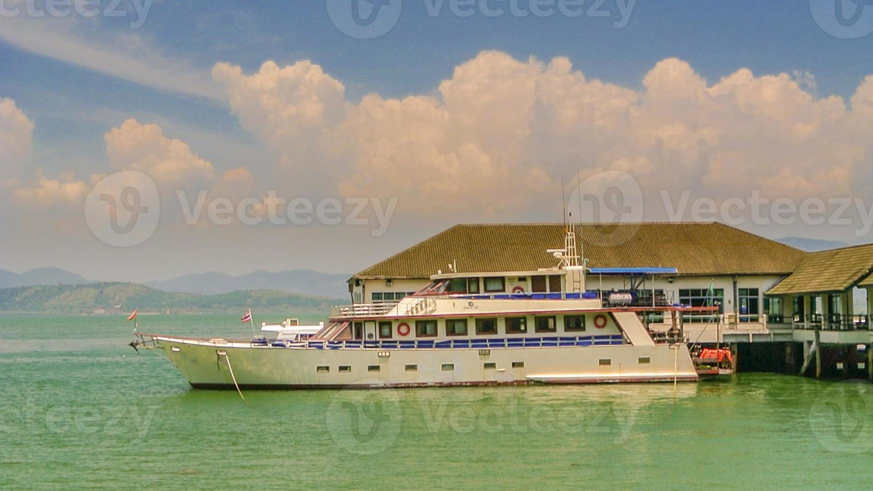 Barco de transeúntes flotando en el puerto. foto