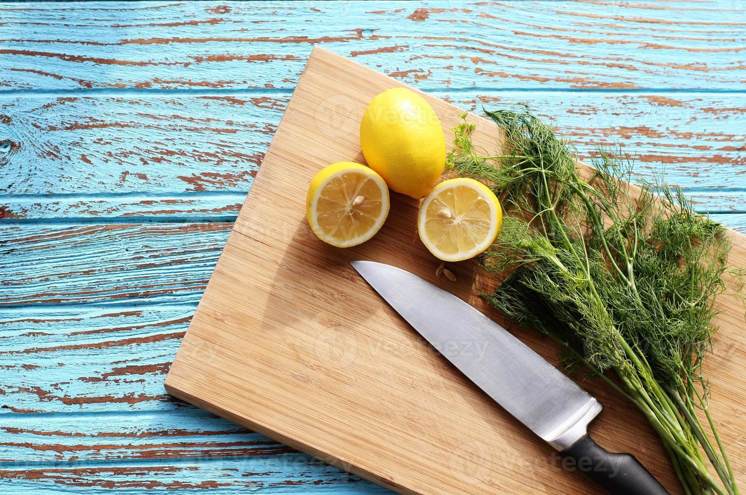bereiden van voedsel voor saus salade door ingrediënt citroen en koriander foto