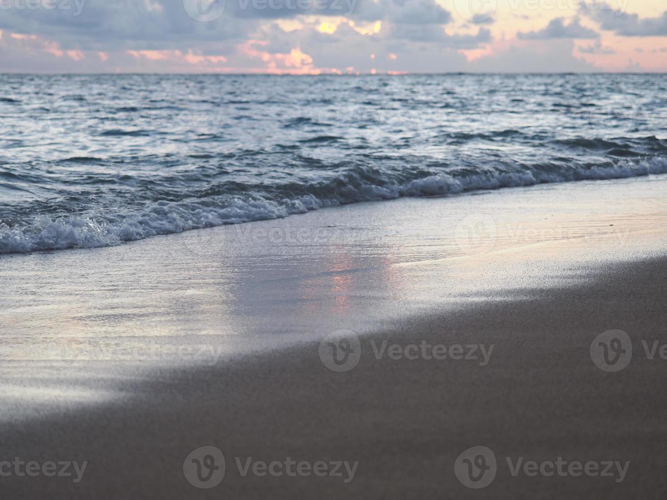 praia crepuscular de waikiki foto