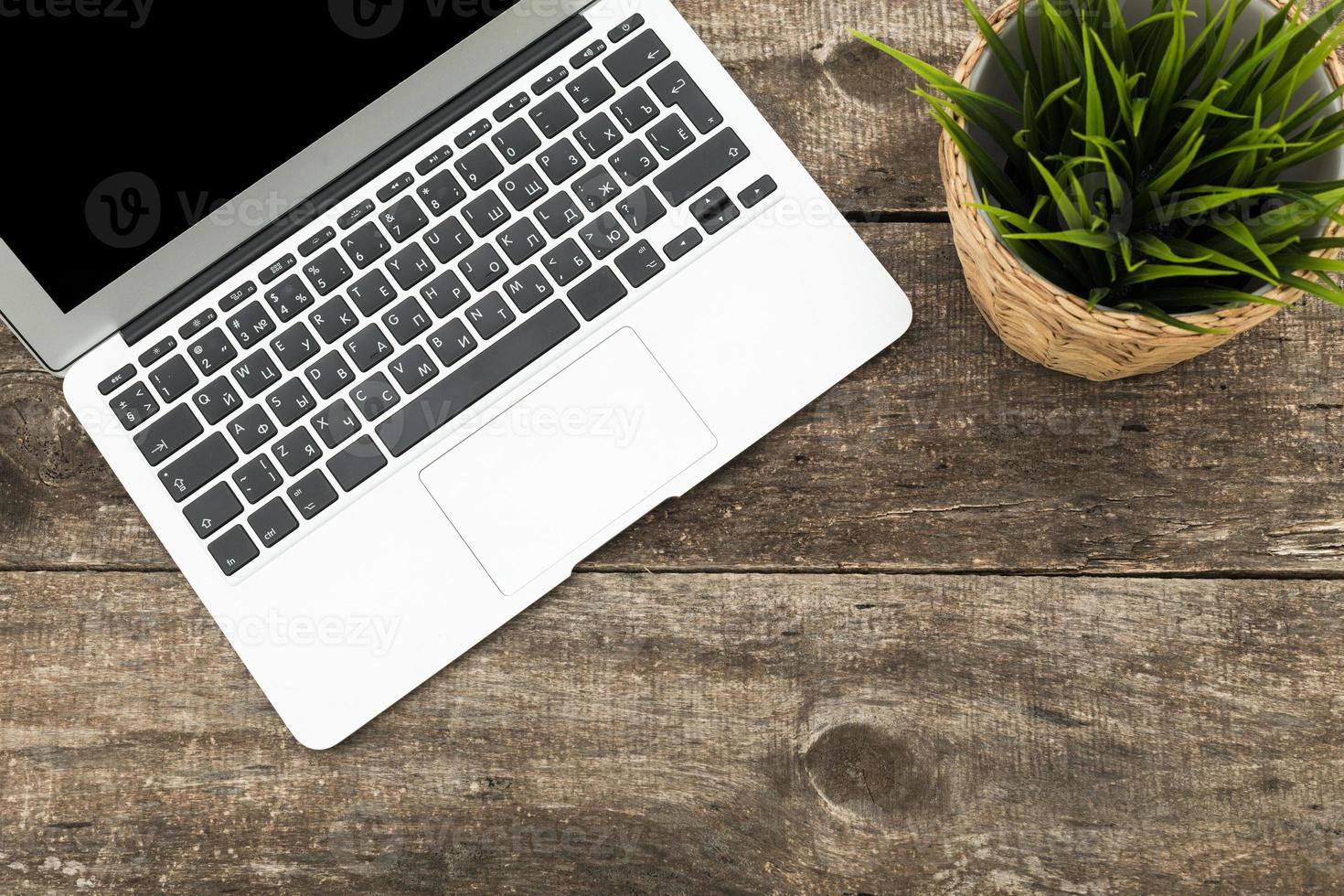 grunge hipster escritorio de madera con computadora, tableta digital foto
