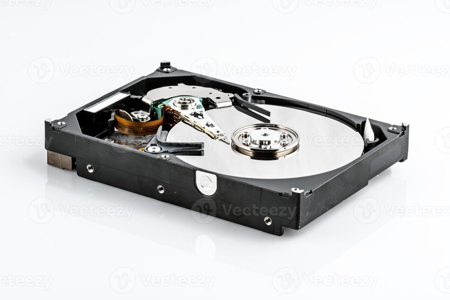 Abra el disco duro aislado sobre fondo blanco. foto