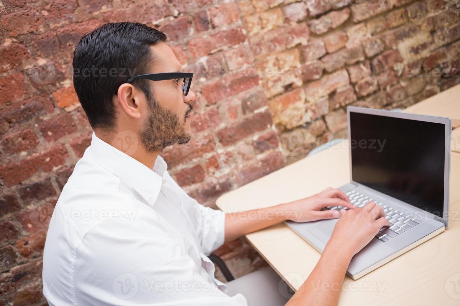 empresario concentrado usando laptop en el escritorio foto