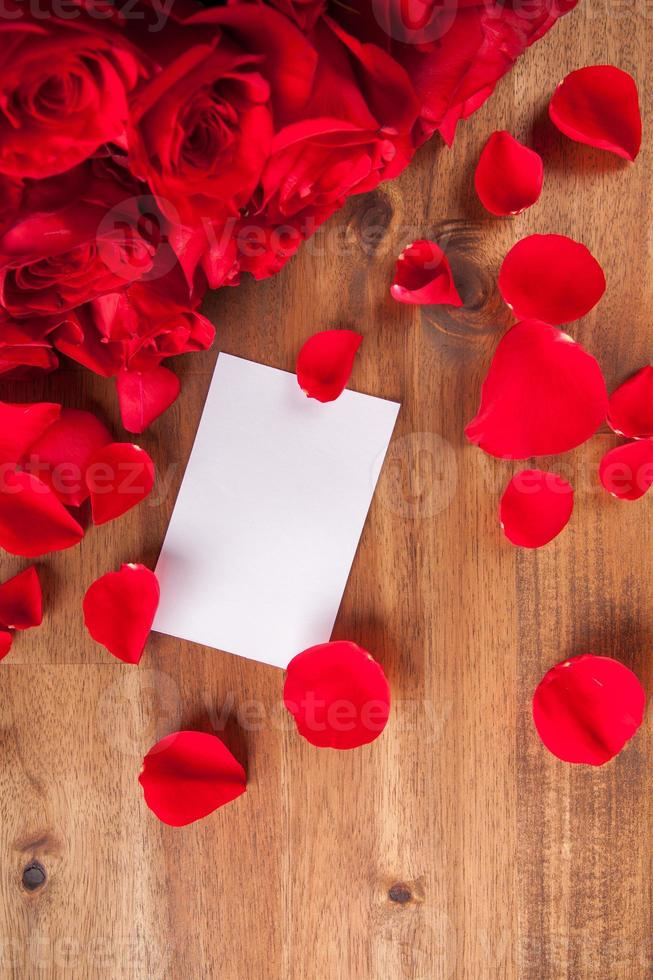 ramo de rosas en el escritorio de madera foto