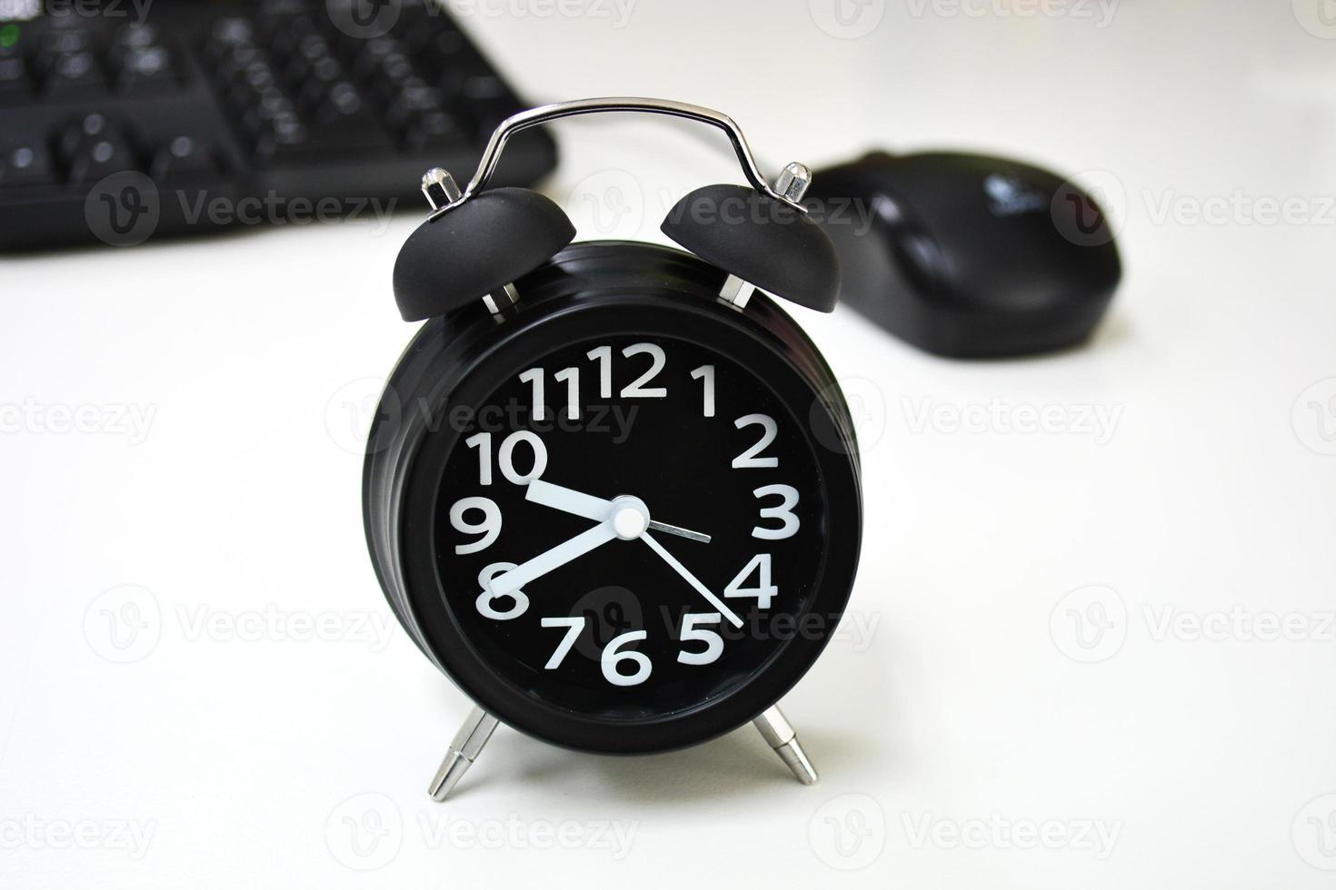 despertador en el escritorio foto