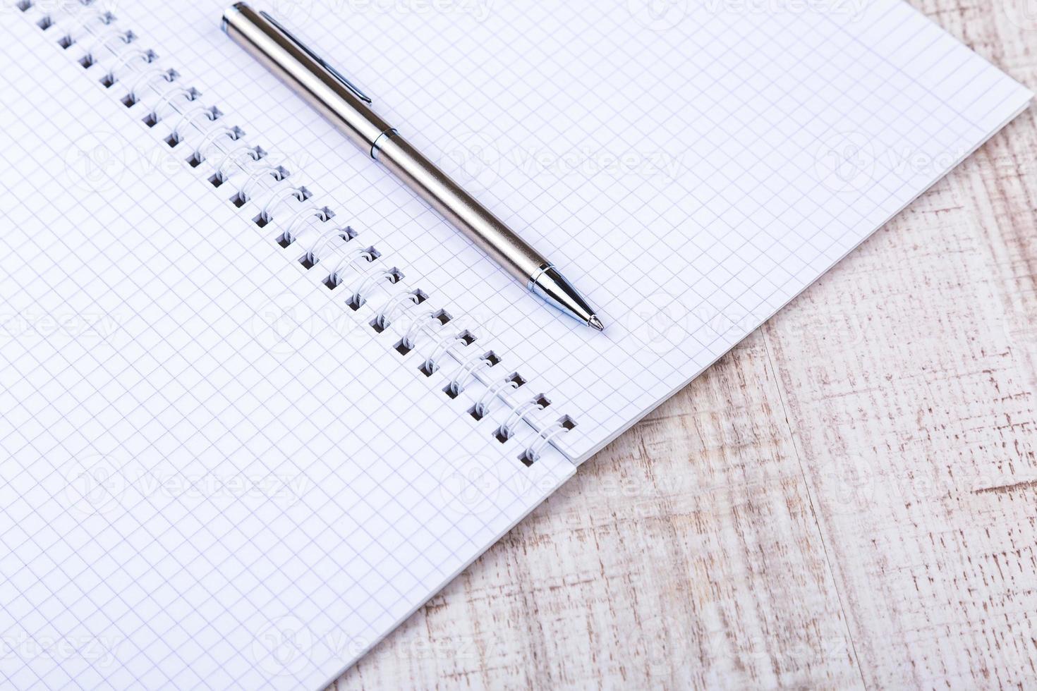 cuaderno blanco en blanco en el escritorio foto