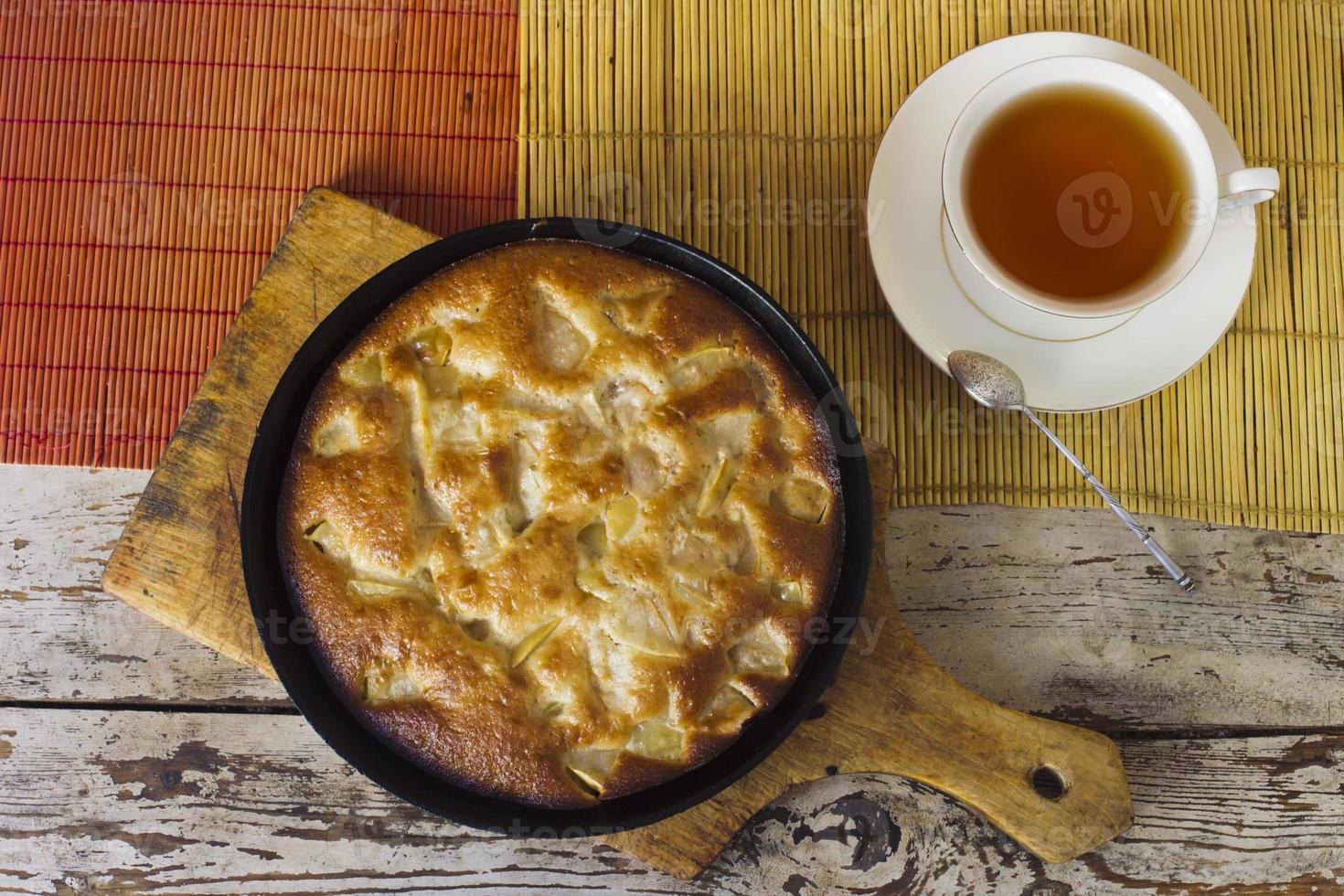Charlotte. torta de maçã com chá foto