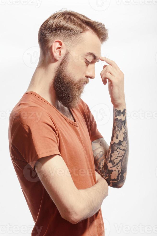 knappe bebaarde man die zich voordeed op wit foto
