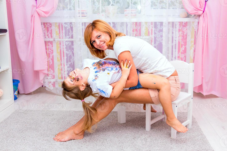 Mujer jugando con su hija. foto