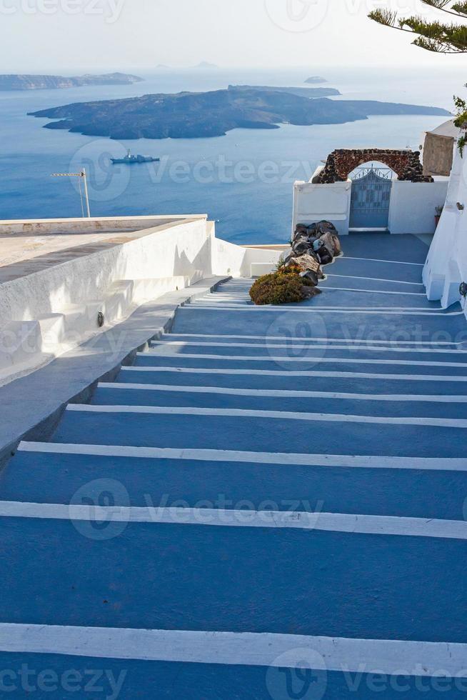 pasos que conducen al hotel en santorini foto