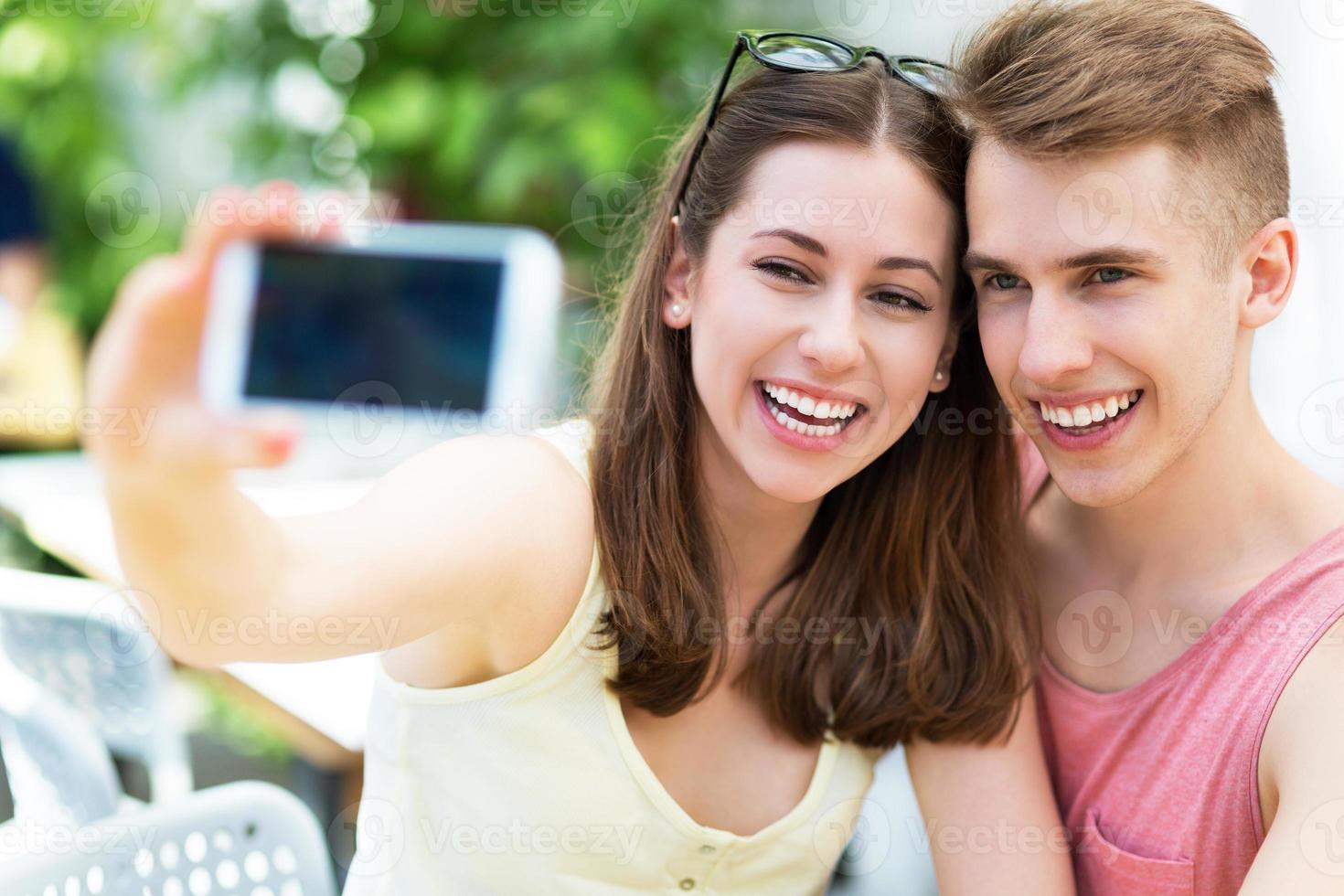 casal tomando selfie foto