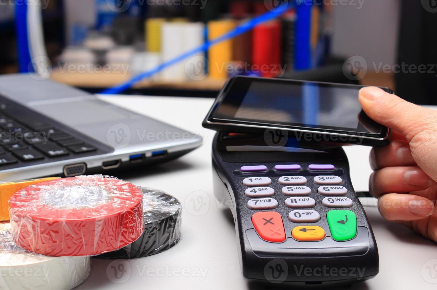 pagando con tecnología nfc en teléfono móvil foto