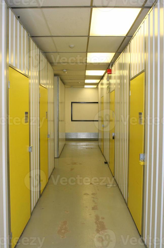 corredor industrial, con puertas numeradas foto