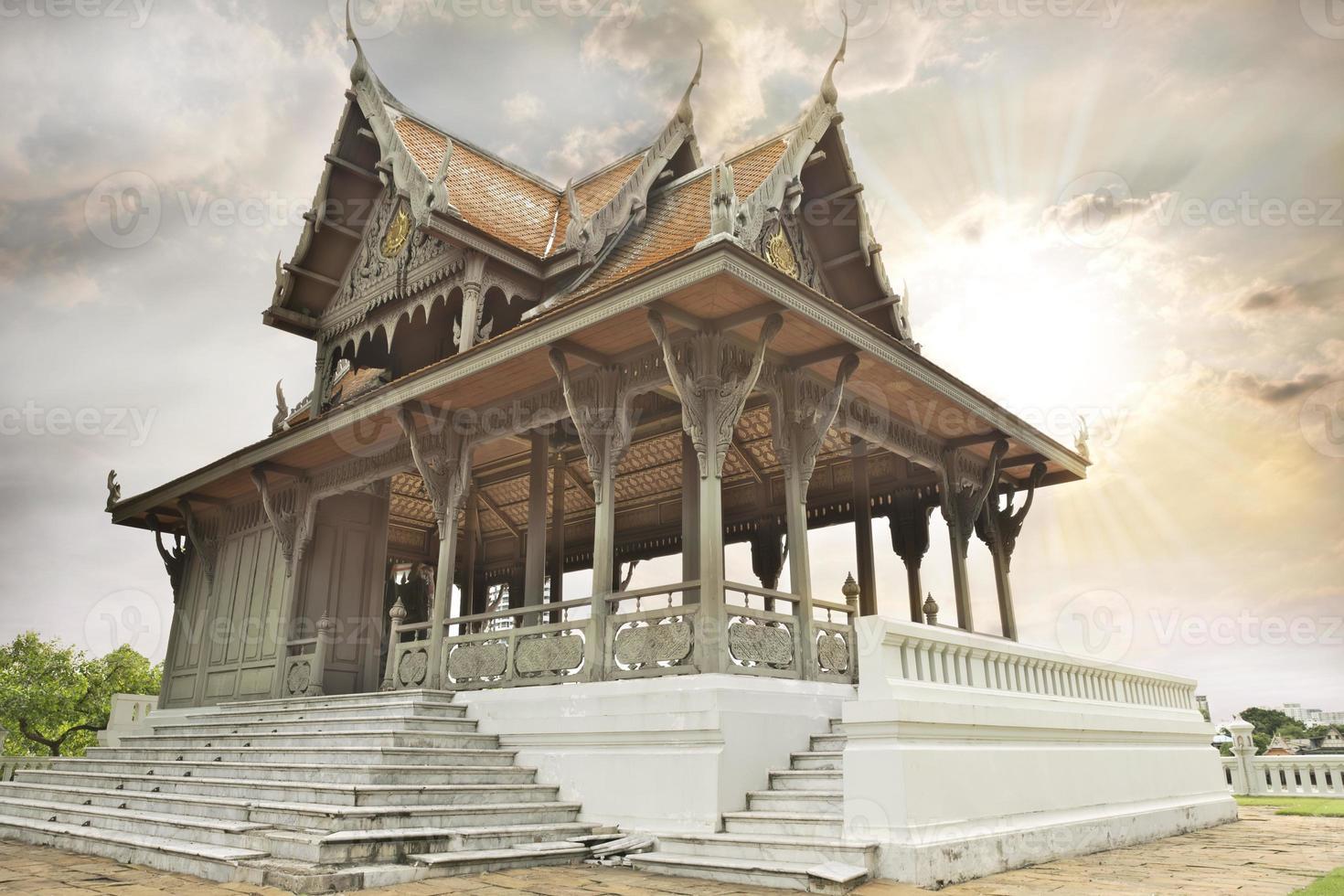 antiguo palacio real tailandés en jardín foto