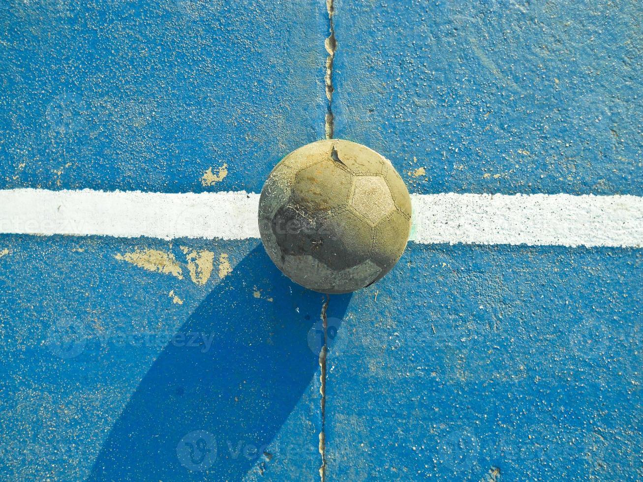 viejo balón de fútbol foto