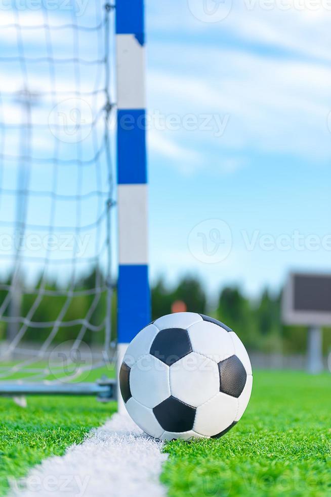 balón de fútbol en la línea de gol foto